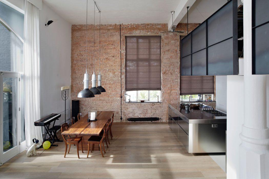 Industrieel amsterdams loft krijgt een tijdloze upgrade for Interieur stylist amsterdam