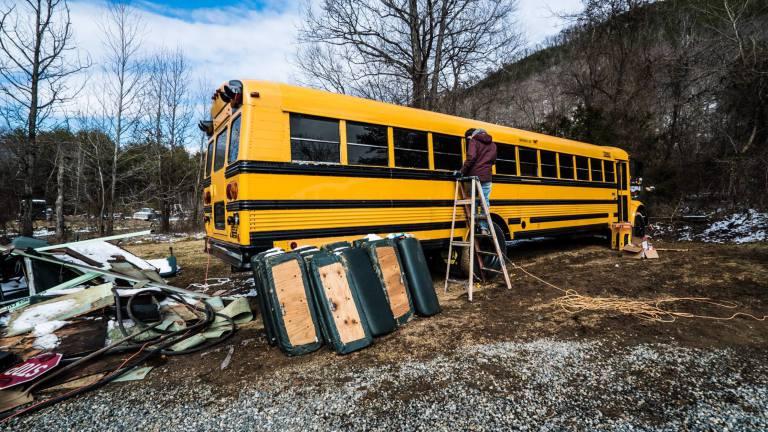man man omgebouwde bus reizen berlijn alaska