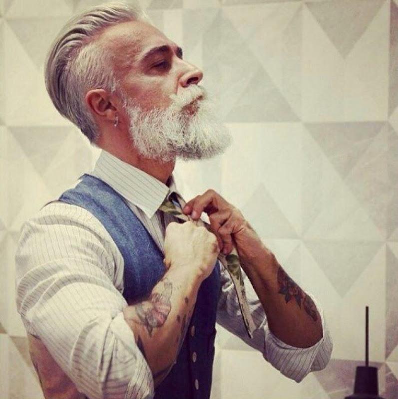 Grijs haar-gestreept shirt-stropdas- tattoo-MAN MAN