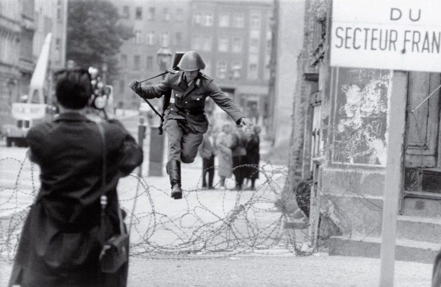 Leap into freedom-meest iconische foto's-MAN MAN