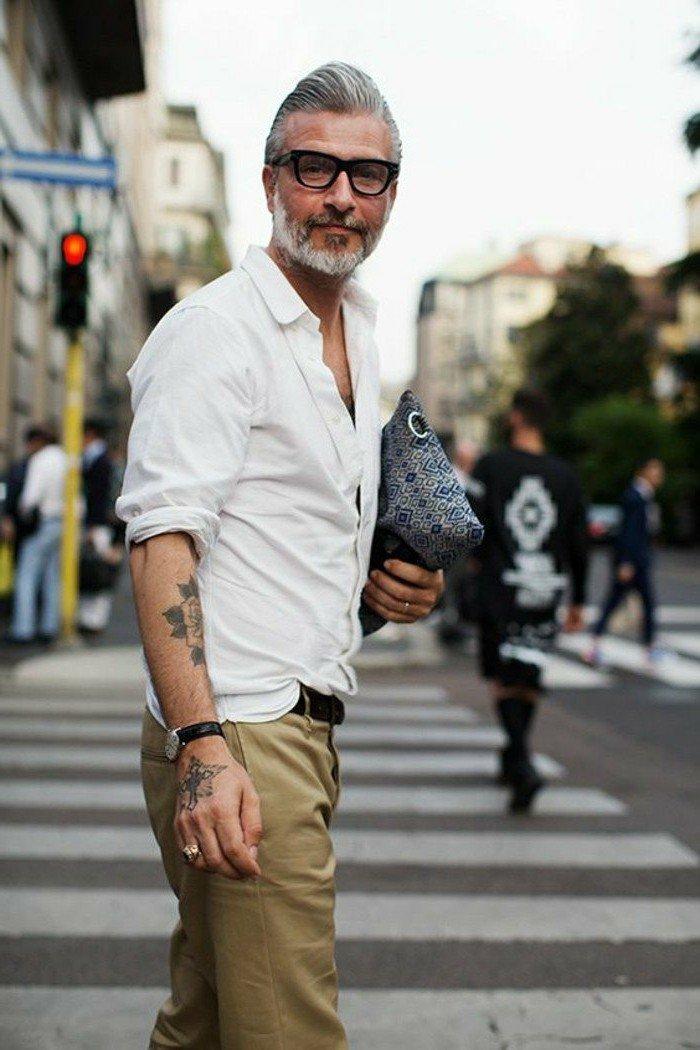 Pompadour-grijs haar-zwarte bril-wit overhemd0chino-MAN MAN