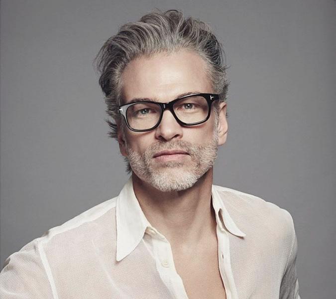 Sweep back-heren-wit shirt- zwarte bril-grijs haar-MAN MAN