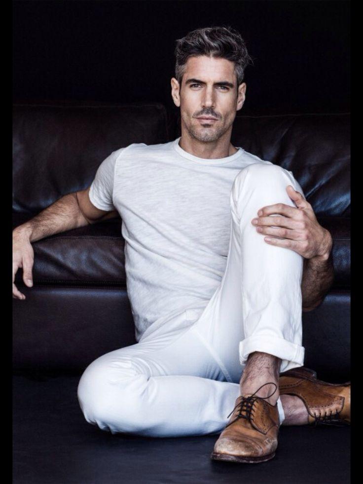 fade-pompadour-heren-wit tshirt-witte broek-MAN MAN