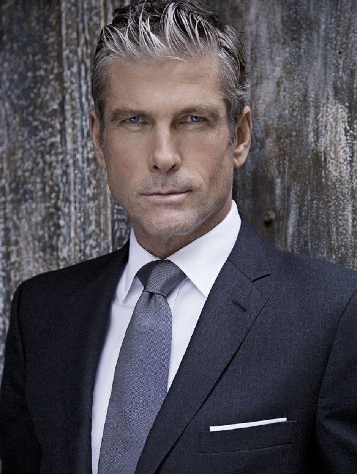 grijs haar-blauw pak- grijze stropdas-MAN MAN