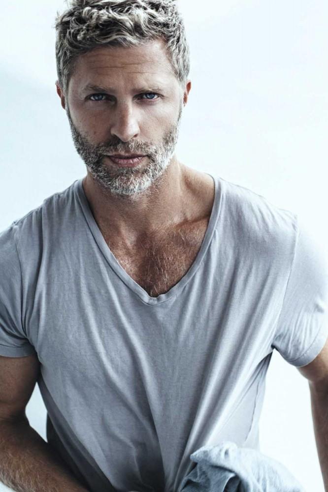 grijs haar-herenkapsel-wit shirt-MAN MAN