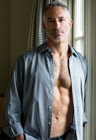 heren-kapsel-grijs haar-grijs shirt-MAN MAN
