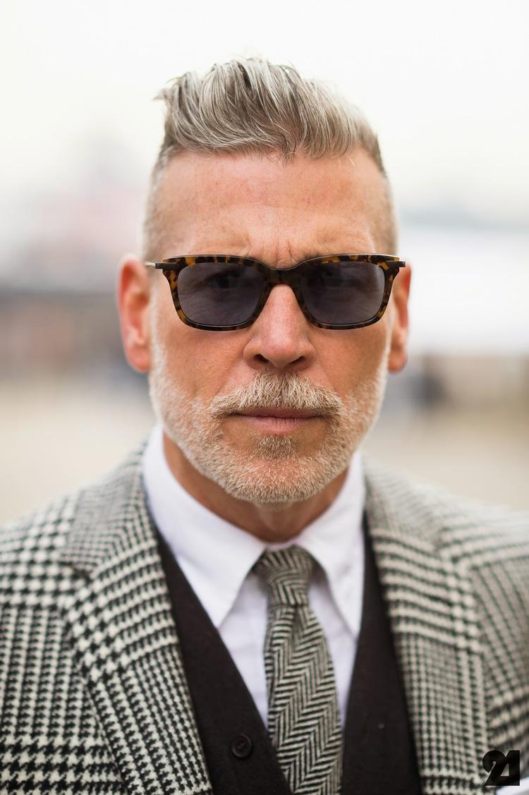 quif-grijs haar-geruit pak-bruine zonnebril-MAN MAN