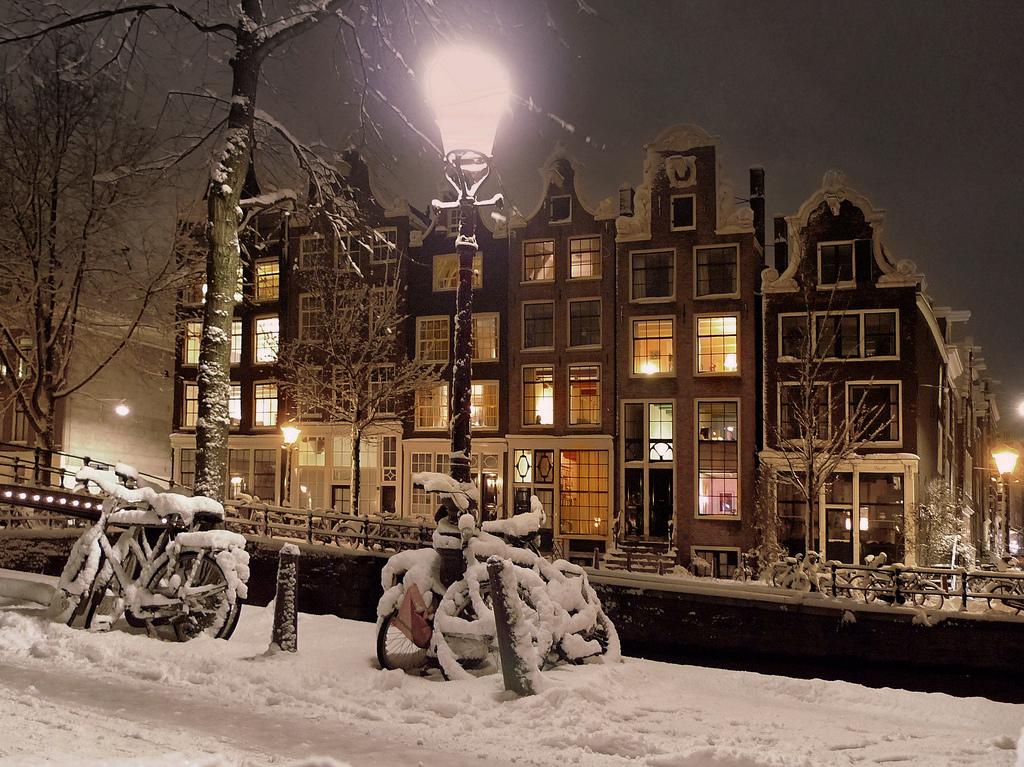 Amsterdam wandelen grachten winter date man man