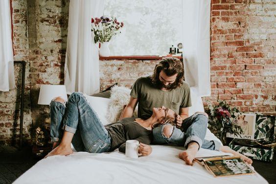 liefde-gebaar-op-bed-liggen-MAN MAN