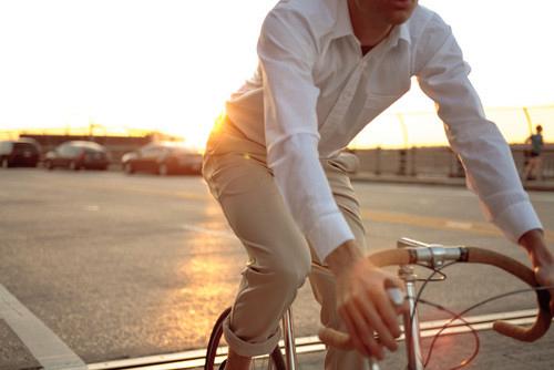 overhemden-fietsen-zon-chino-MAN MAN