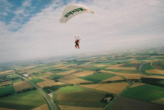 parachutesprong zeeland parachutespringen man man