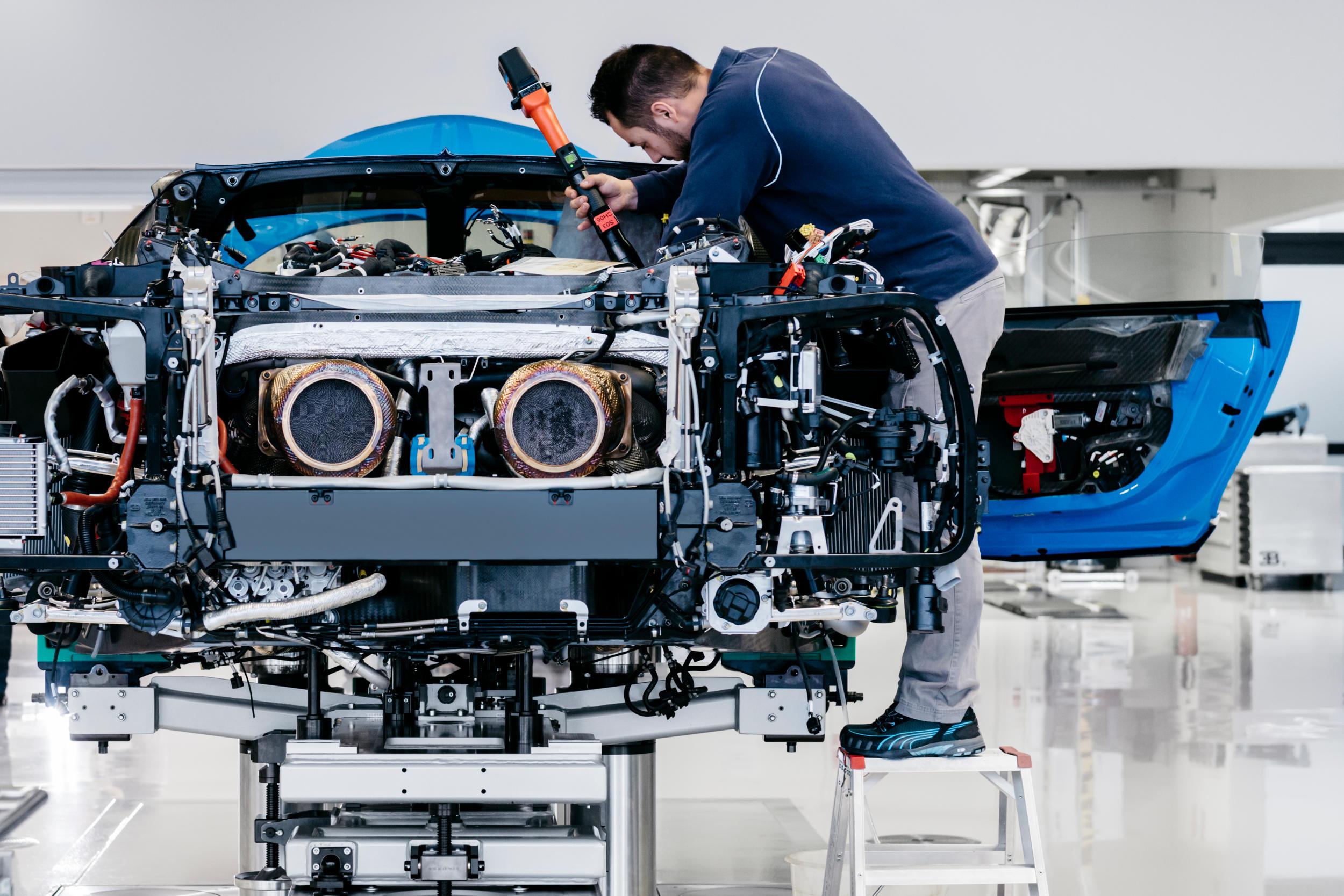 Bugatti chiron fabriek MAN MAN 3