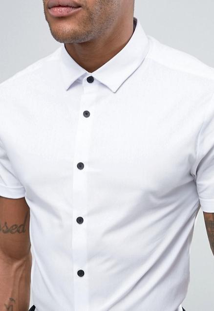 wit overhemd zwarte knopen