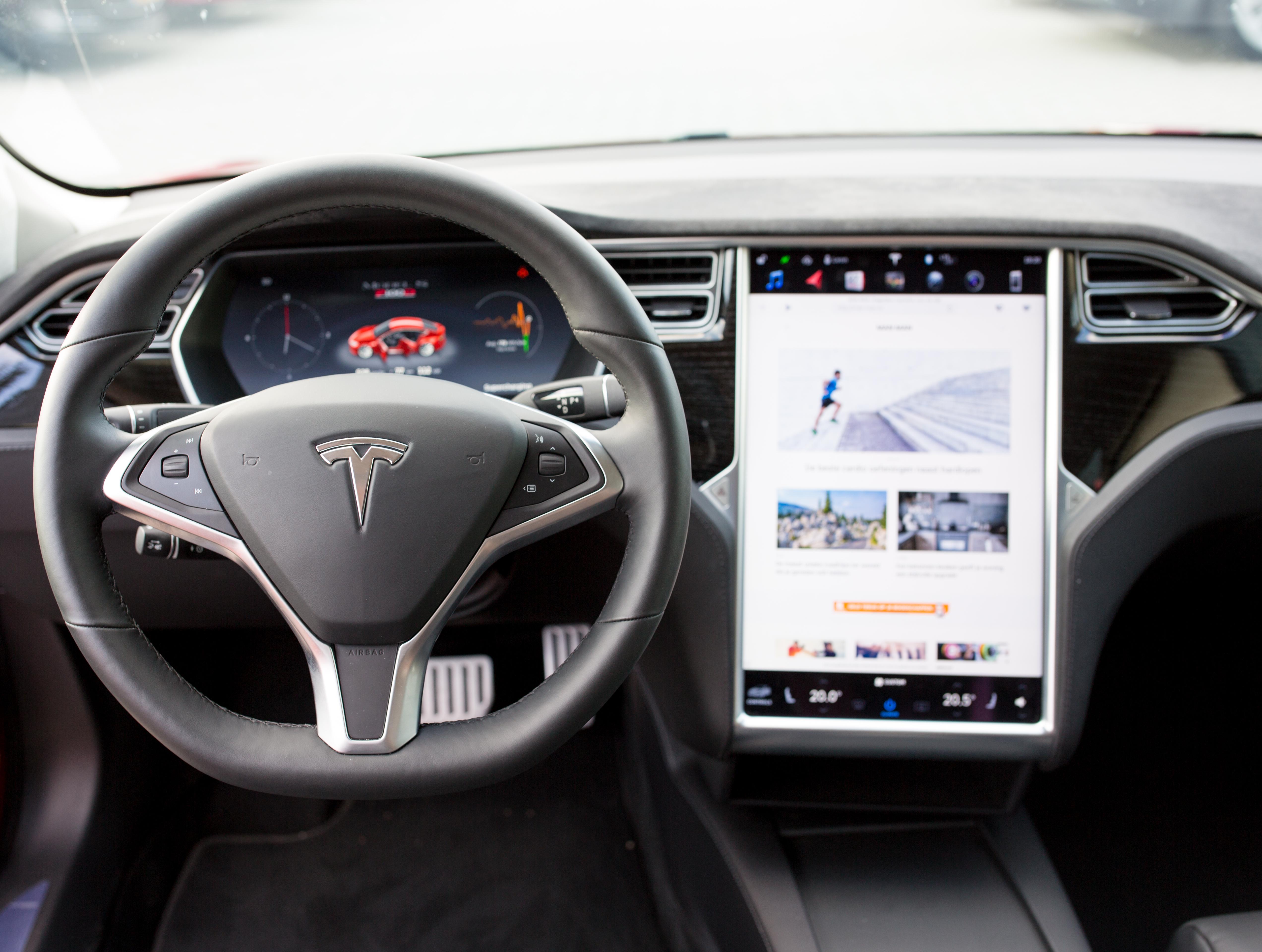 MAN MAN test de snelste productie-auto ter wereld: Tesla Model S ...