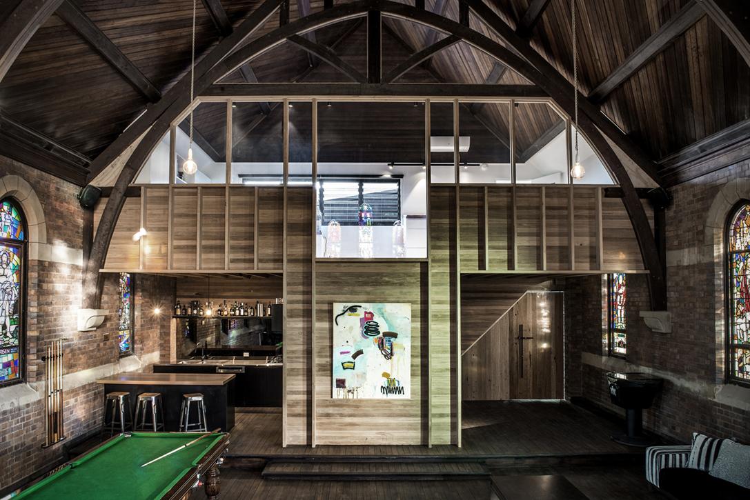 Man Cave Betekenis : Oude kerk omgebouwd tot mancave met whisky bar basketbalveld en