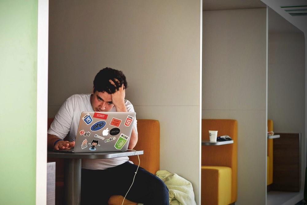 stress laptop denken