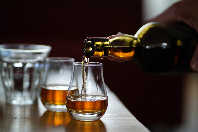 hoe whisky schenken serveren