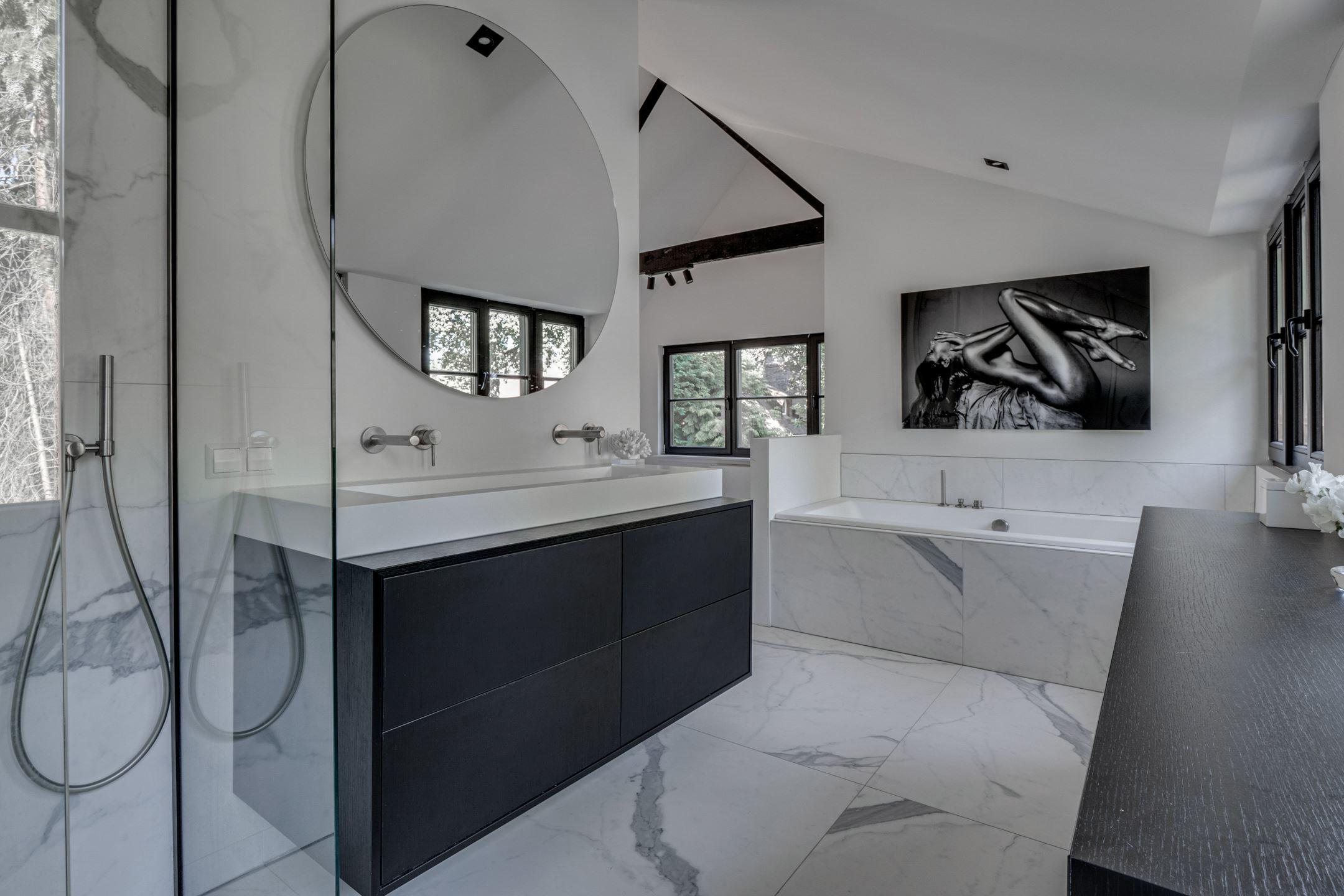 chique zwart wit badkamer