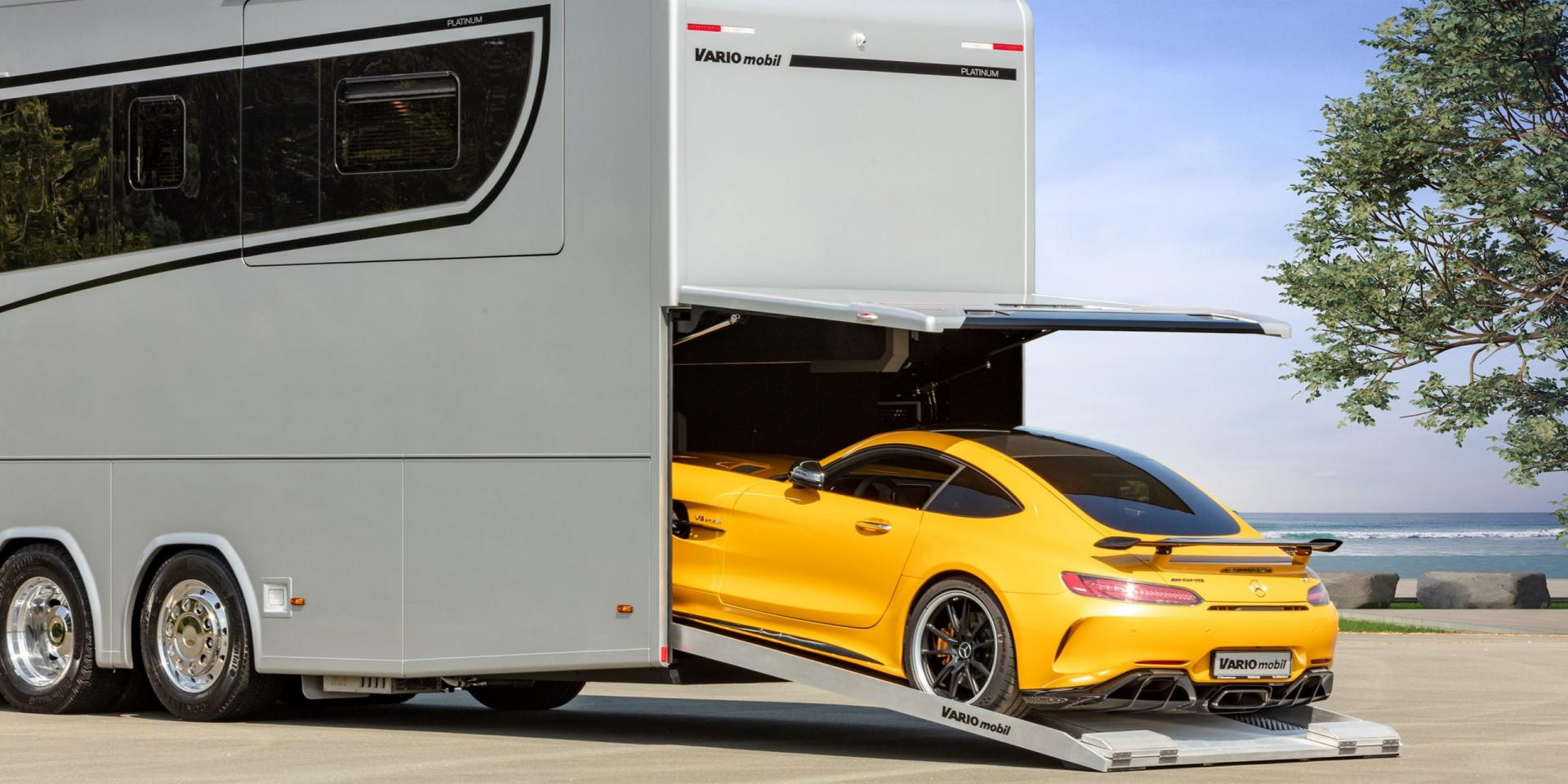 porsche 911 parkeert in camper