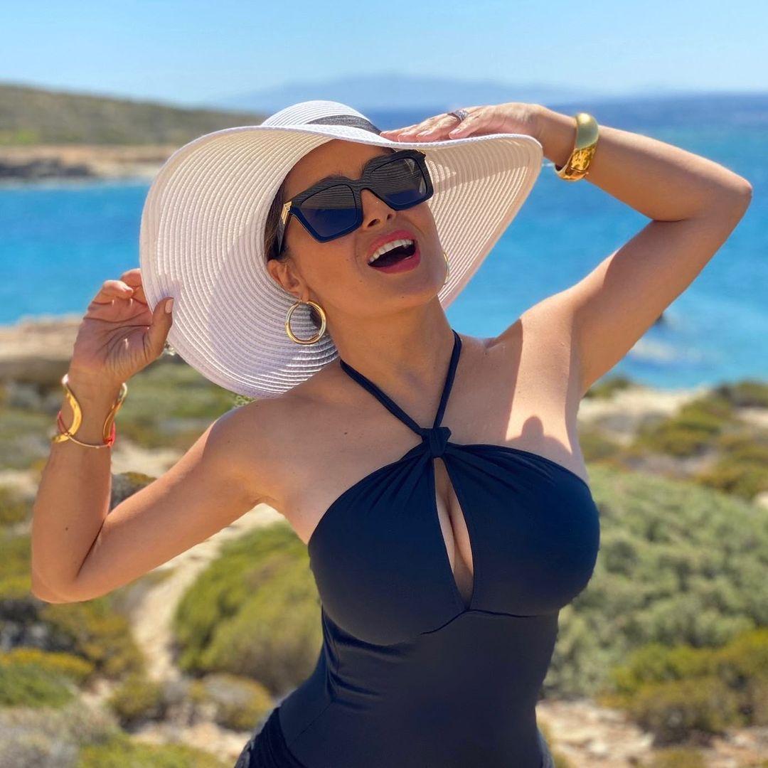 Salma Hayek (54) blaast volgers omver met nieuwe bikinifoto 1