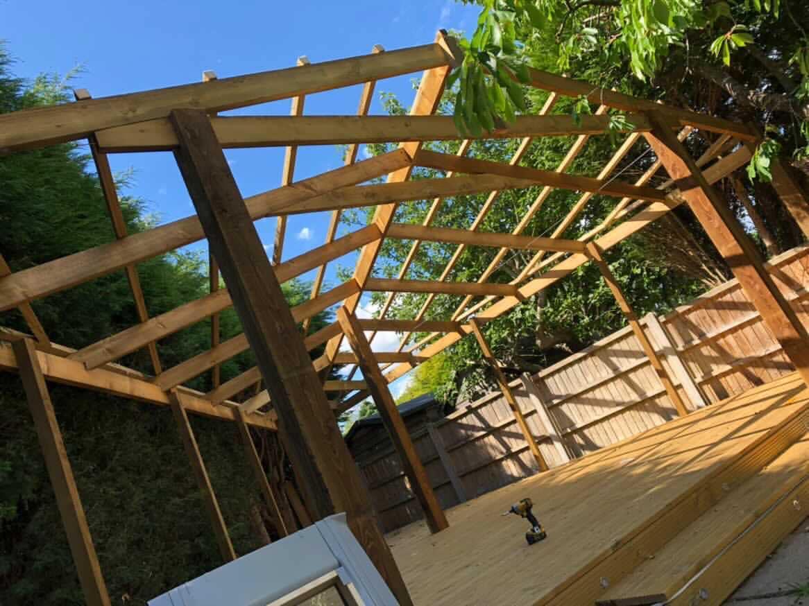 Man bouwt 'steakhouse' met pizzaoven en bar in zijn achtertuin