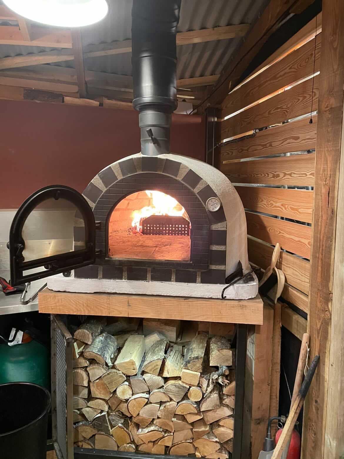 Man bouwt steak house met pizzaoven en bar in zijn achtertuin