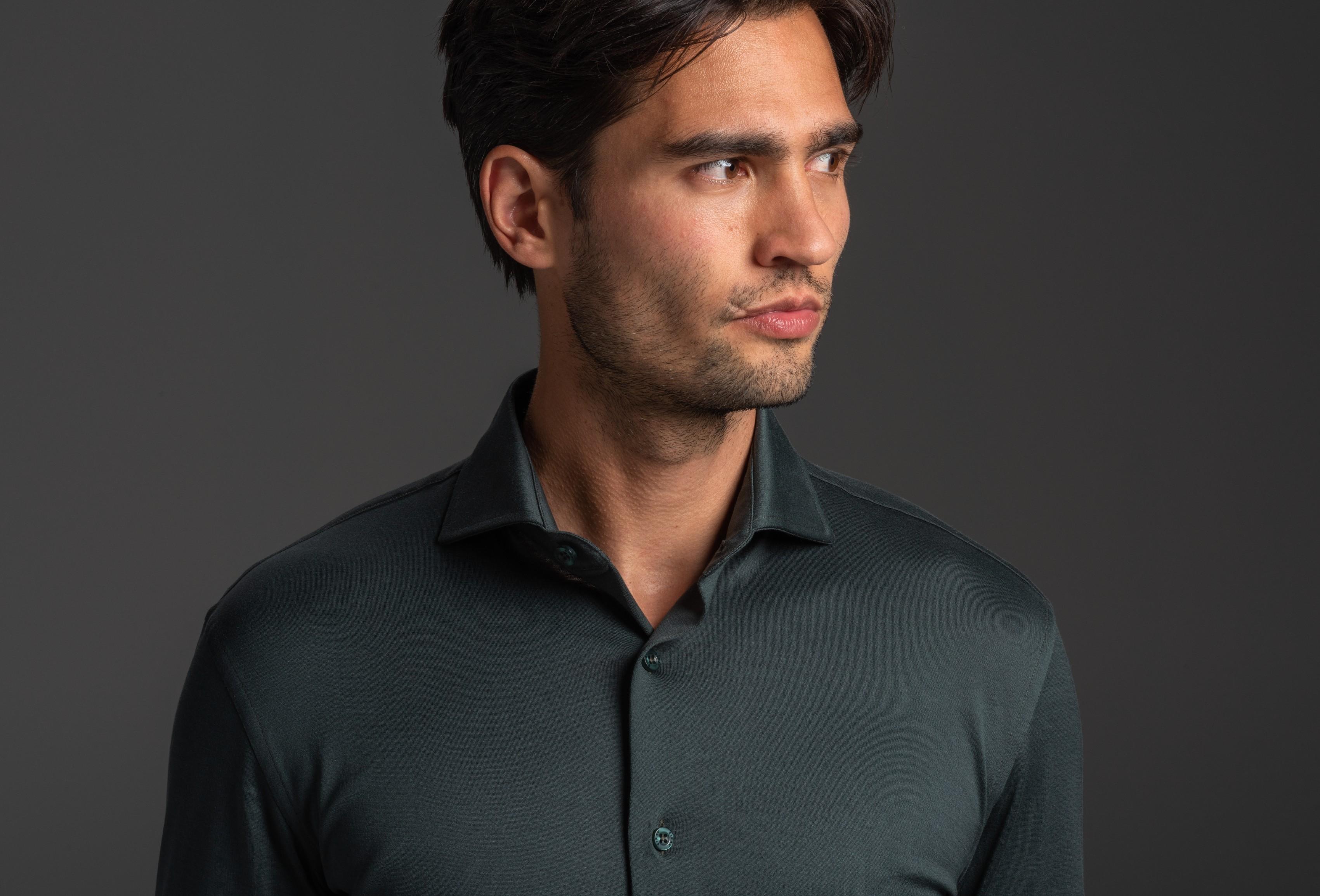Shirt onder overhemd dragen