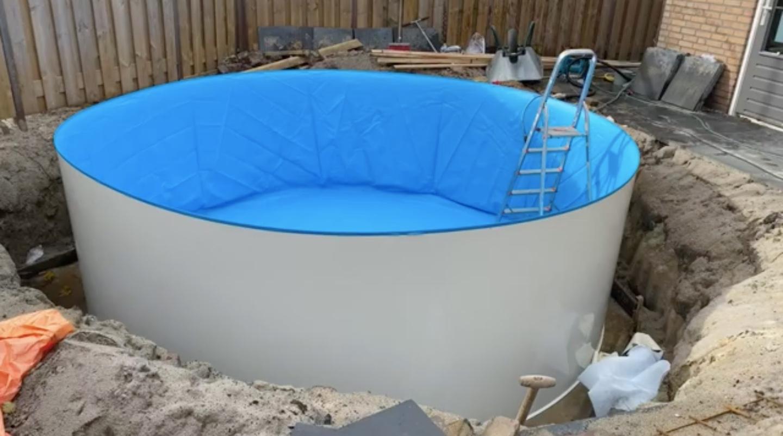 zelfgebouwd zwembad in de tuin