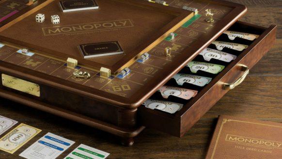Dit luxe Monopoly bord wil je niet door de kamer gooien wanneer je verliest