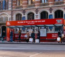 Deze Amsterdamse tramhalte is omgetoverd tot een 24/7 Give Shop