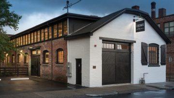 Deze oude fabriek is omgetoverd tot een onwijs indrukwekkend DYE loft