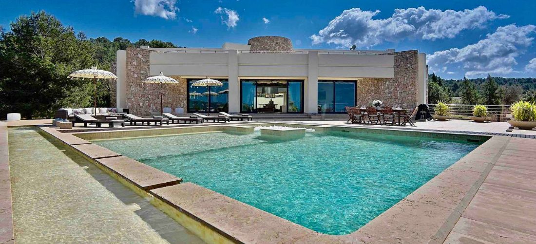 Overnacht met 8 vrienden voor 50 euro pp in deze zieke villa op Ibiza