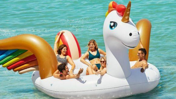 Deze opblaasbare XXL unicorn (6 pers.) zit vol met party snufjes
