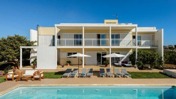 Overnacht vanaf 27 p.p. met 10 vrienden in deze luxe villa in Ibiza
