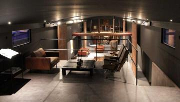 Te koop: dit is ongetwijfeld de bruutste woonboot van Amsterdam