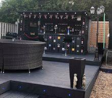 Man bouwt zieke bar van pallets in de tuin voor slechts 100 euro