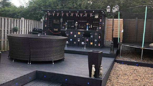 Man bouwt toffe bar van pallets in de tuin voor slechts 100 euro