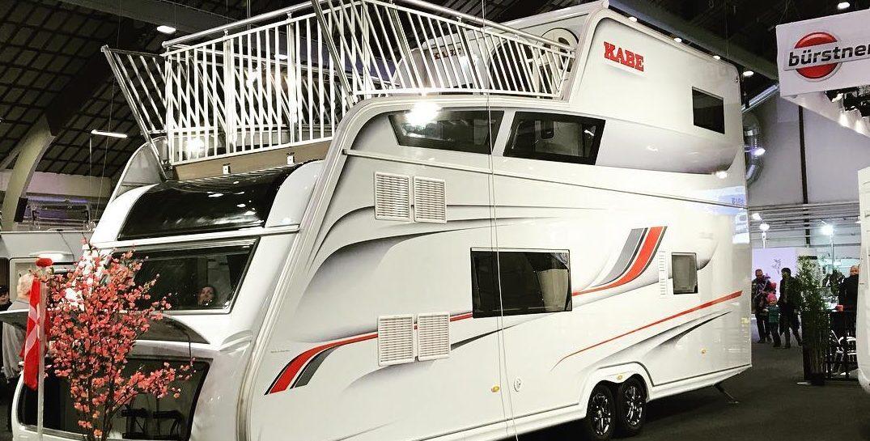 Met deze dubbeldekker caravan + dakterras wordt kamperen beter dan ooit