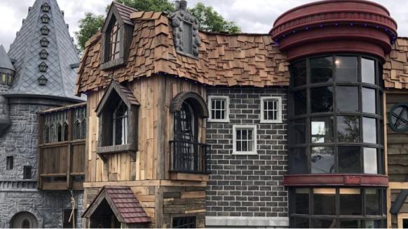 Opa en oma bouwen een reusachtig Harry Potter huis voor kleindochter