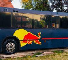 Oude stadsbus omgetoverd tot brute Max Verstappen-camper