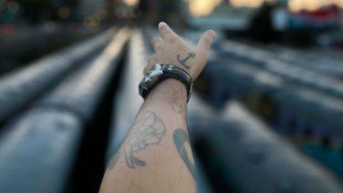 Tattoo op de hand: voorbeelden van een stijlvolle ink ter inspiratie