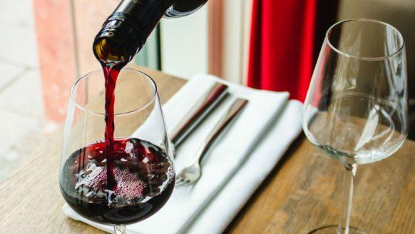 De 10 beste rode wijnen onder de 10 euro, speciaal voor de feestdagen
