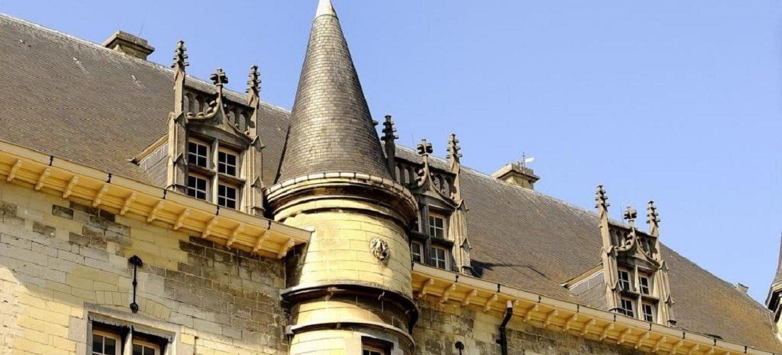 Dit reusachtige kasteel in Nederland staat nu te koop op Funda