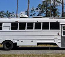 Stel tovert schoolbus om tot bizarre camper en reist heel de VS rond