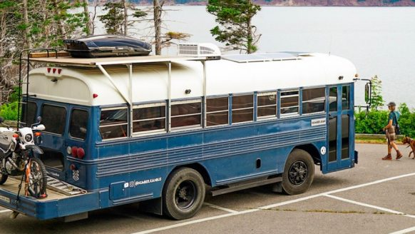Deze familie toverde een afgekeurde Air Force bus om tot een reusachtige camper