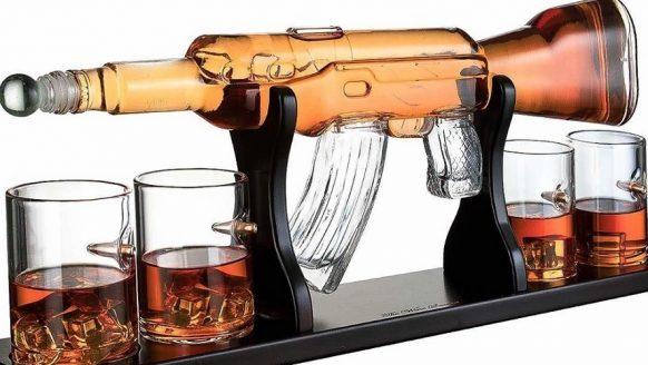 Deze brute whiskykaraf is geïnspireerd op een AK-47
