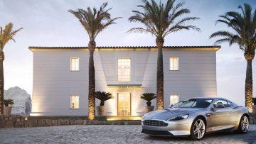 Bizar: Belg gebruikt de proefrit van een Aston Martin om naar Spanje te rijden