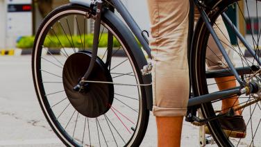Met dit goedkope Kickstarter wiel maak jij van jouw fiets een e-bike in 60 seconden