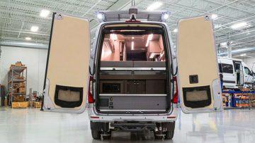 Camper transformatie: deze Mercedes-Benz heeft een keuken, bed, twee douches en meer