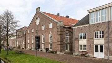 Nu te koop op Funda: oude kazerne in Haarlem omgetoverd tot waanzinnig herenhuis